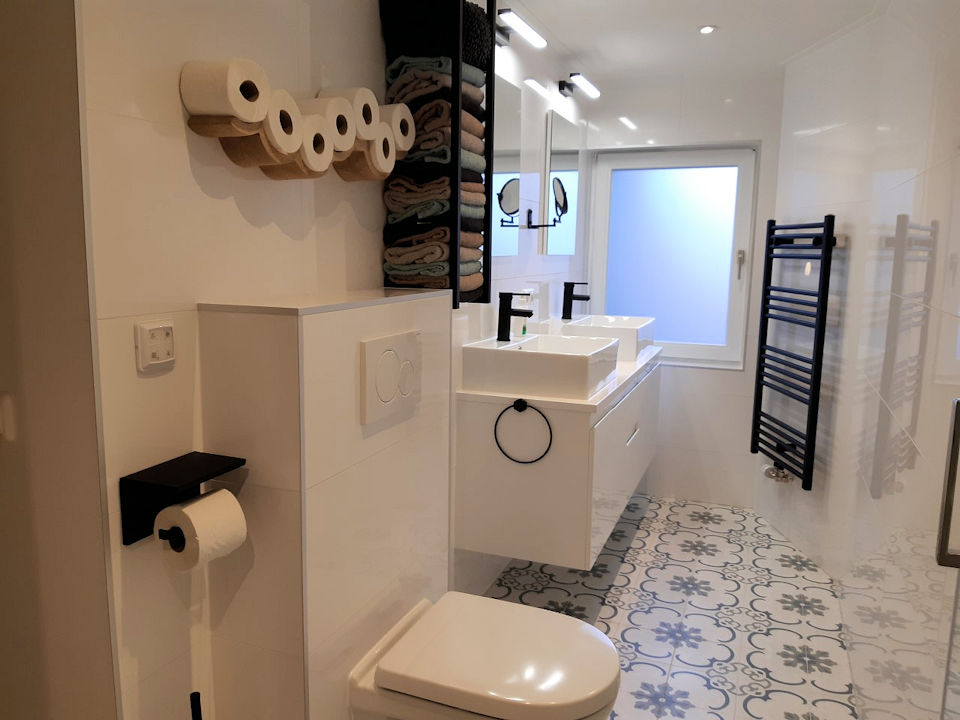 bakkamer met douche, 2de toilet en dubbele wastafel